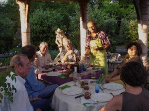 Des gens mangent en extérieur